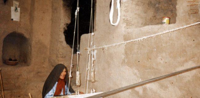 پارچه بافی از مشاغل قدیم زنان روستائی در عزآباد رستاق