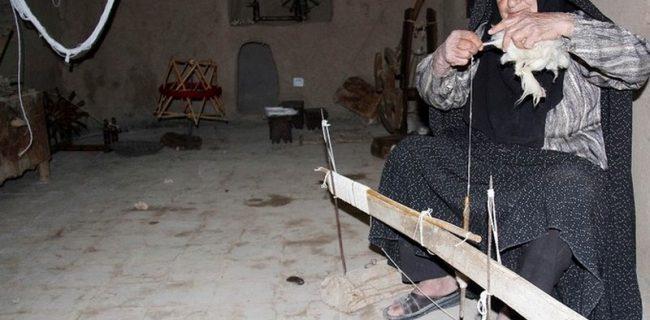 ریسندگی از مشاغل قدیم زنان در رستاق(شمسی)